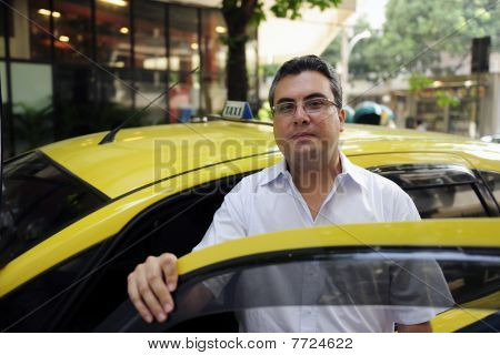 Retrato de un taxista con cabina