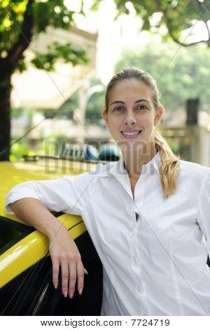 Retrato de un mujer taxista con su nueva cabina