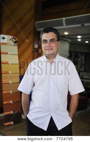 Pequeña empresa: Retrato de un dueño de la tienda de piso