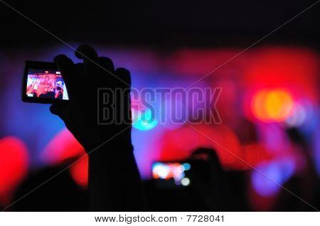 Concierto de rock visto cámara del canal A entre el público