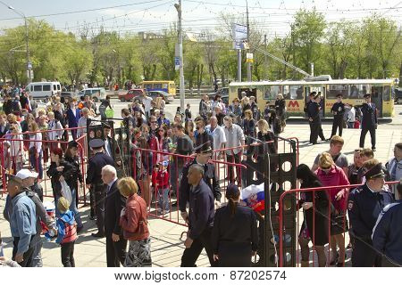 Police cordon from the metal detectors at Mamaev Kurgan