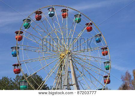 Atraktsion Colorful Ferris Wheel Against The Blue Sky