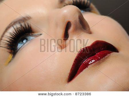Mujer bonita con maquillaje brillante y lápiz labial violeta