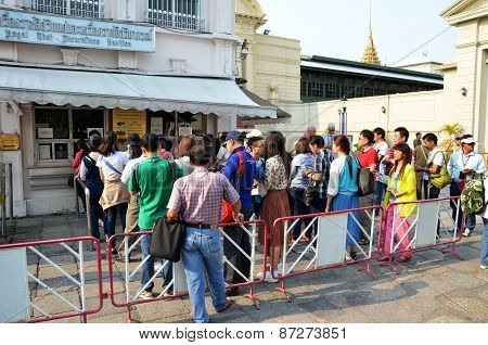Travelers Queue To Buy Ticket Before Entering The Gland Palace Of Bangkok ,thailand