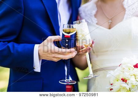 wedding couple with glasses