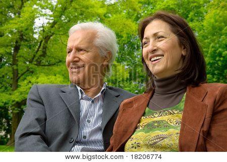 Mediana edad feliz pareja en un parque