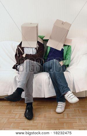 Joven pareja descansando de mudarse a una casa nueva