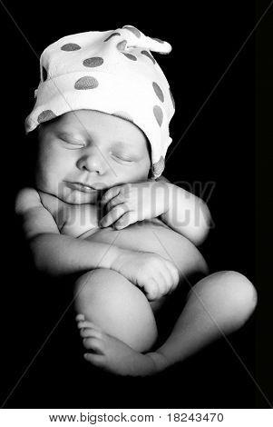 Newborn Baby Boy in schwarz und weiß.