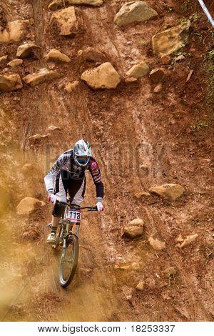 Uci Mtb World Cup Downhill Rider Practice Run Through Rock Garden