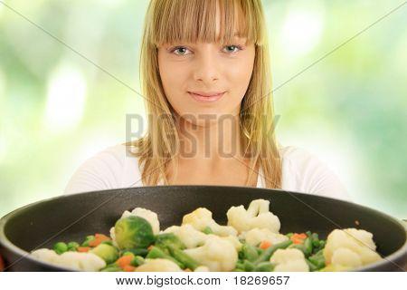 Imagen de una mujer joven cocinar alimentos saludables, sobre fondo verde Resumen