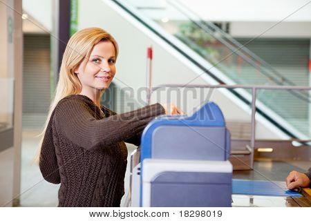 Retrato de una joven sonriente después de compras en el supermercado