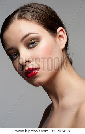 Retrato do close-up de jovem bonito com maquiagem elegante brilhante