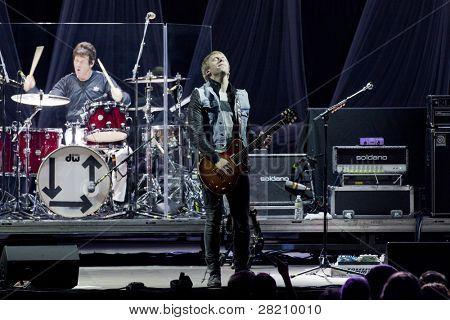 CLARK, NJ - 17 de setembro: Baterista Clem Burke e o guitarrista Tommy Kessler da banda Blondie executar em t