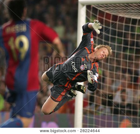 BARCELONA - AUG 22: Goalkeeper Oliver Kahn during a friendly match between Bayern Munich and FC Barcelona at the Nou Camp Stadium on August 22, 2006 in Barcelona, Spain.