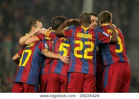 BARCELONA - JAN 16: FC Barcelona spelers kruipen tijdens een wedstrijd tussen FC Barcelona en Malaga CF op