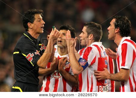 Barcelona feb 5: Atletico Madrid Spieler diskutieren mit der Schiedsrichter Turienzo Alvarez während der Matc