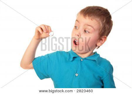 Junge halten In der Hand Pille.