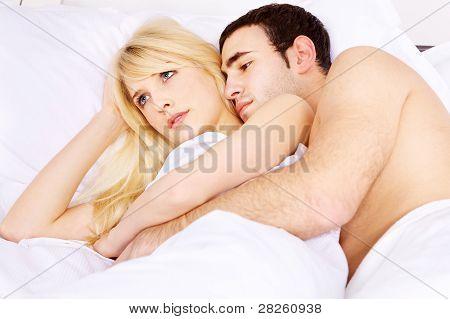 umarmen sie im Bett