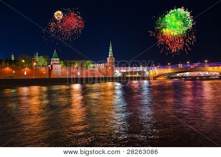 Fuegos artificiales sobre el Kremlin en Moscú