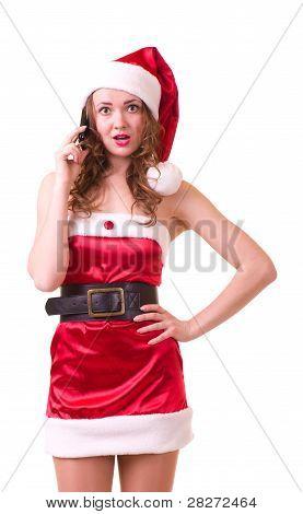 Hermosa mujer joven en ropa de Santa Claus con teléfono