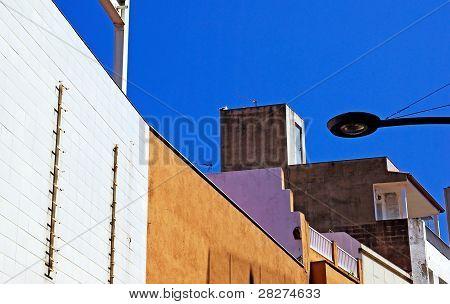 Los edificios modernos y luz de calle. Lloret De Mar, España.