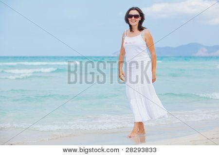 joven caminando cerca de mar azul.