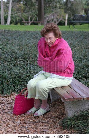 Mujer Senior frío & triste