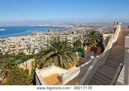 Blick vom Berg Karmel auf Port und Haifa in israel