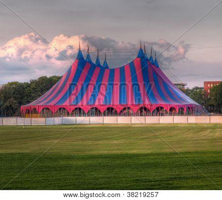 Carpa de circo rojo verde azul
