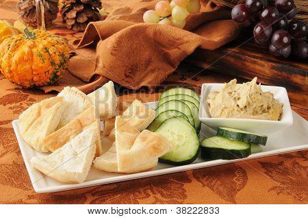 Hummus mit Fladenbrot und Gurke