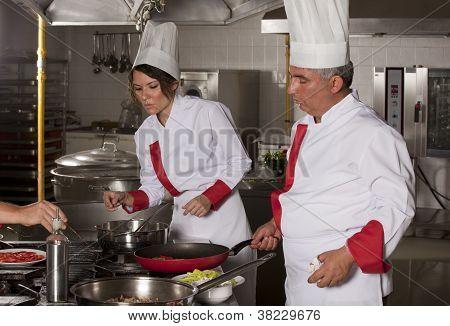 Dois cozinheiros trabalhando