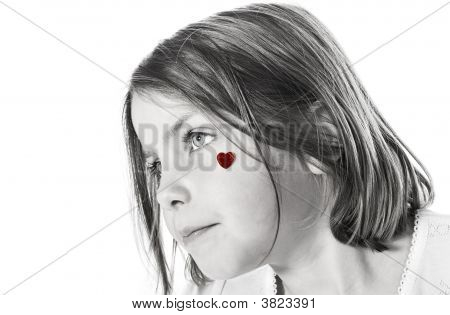 cute little Girl with red Heart auf Wange