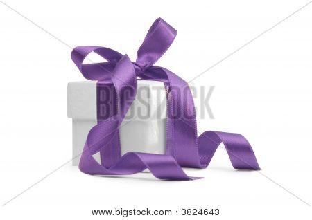 Caixa de presente com fita roxa