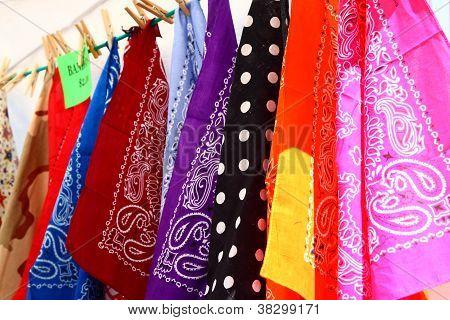 Lenços coloridos em um mercado