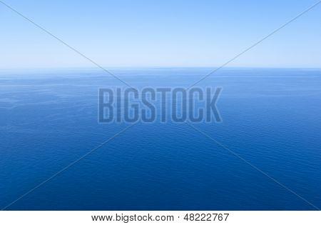 Tiefblaues Meer und wolkenlosen Himmel