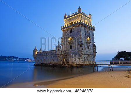 A famosa Torre de Belém, em Lisboa, após o pôr do sol