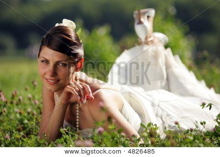Lächelnd Braut im Sommer Wiese