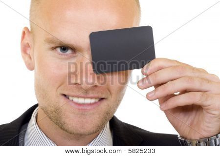 Jovem empresário com cartão em branco