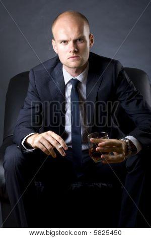 Homem rico, fumar um cigarro