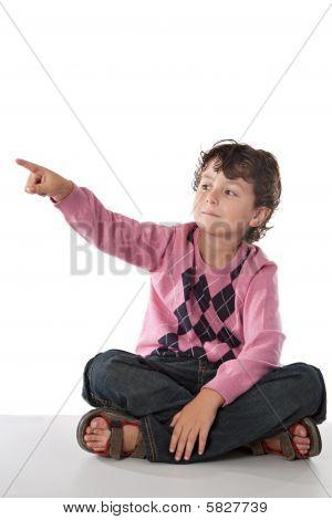 Criança linda, apontando com o dedo