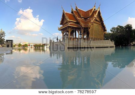 Siriraj Buddhist Temple at Chao Praya River