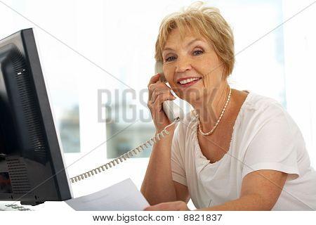 Mujer parlanchina