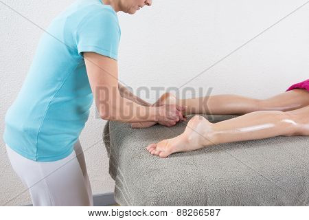 Shiatsu by a woman therapist