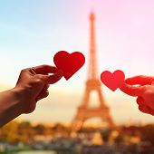 Постер, плакат: Romantic Lovers With Eiffel Tower