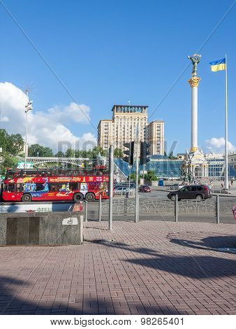 Kiev, Ukraine - May 27, 2013: Symbols Of State Independence And Sightseeing Bus At The Independence