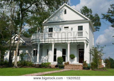 Casa de dois andares branca