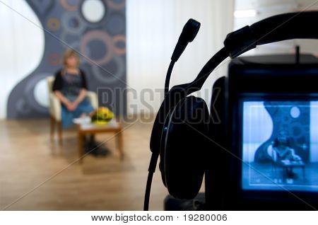 Visor da câmera de vídeo - gravação em estúdio de TV - falando para a câmera
