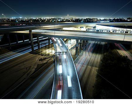 autopistas 110 y 105 en el puente de la noche de los Ángeles