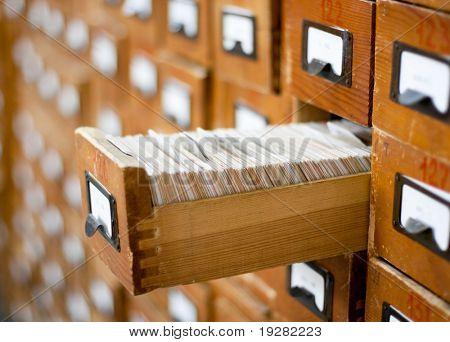 Catálogo de tarjeta de madera antiguo con un cajón abierto