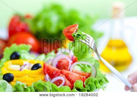 horquilla y saludable ensalada de verduras fresca